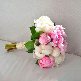 Букет невесты из белых и розовых пионов «Совершенство»