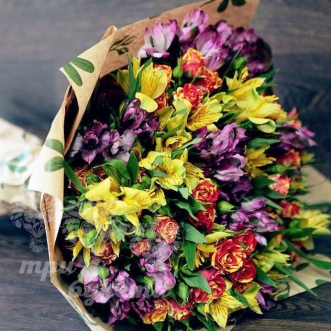 raznotsvetnye-alstromerii-i-rozy